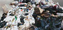 Una montagna di rifiuti elettronici